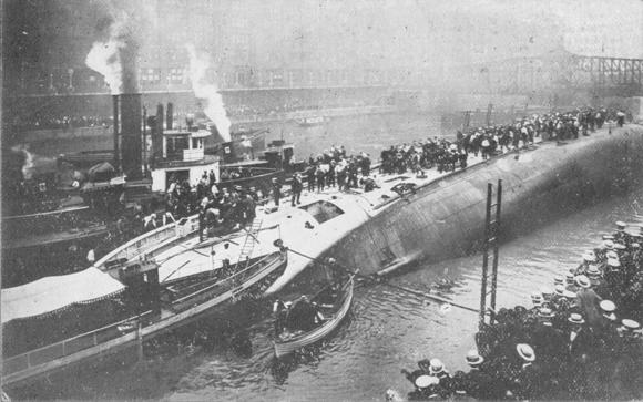 Tàu Eastland lật trên sôngChicago, khiến hơn 800người thiệt mạng.