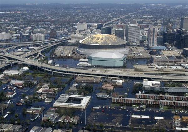 New Orleansngập trong biển nước sau khi cơn bãoKatrina quét qua.