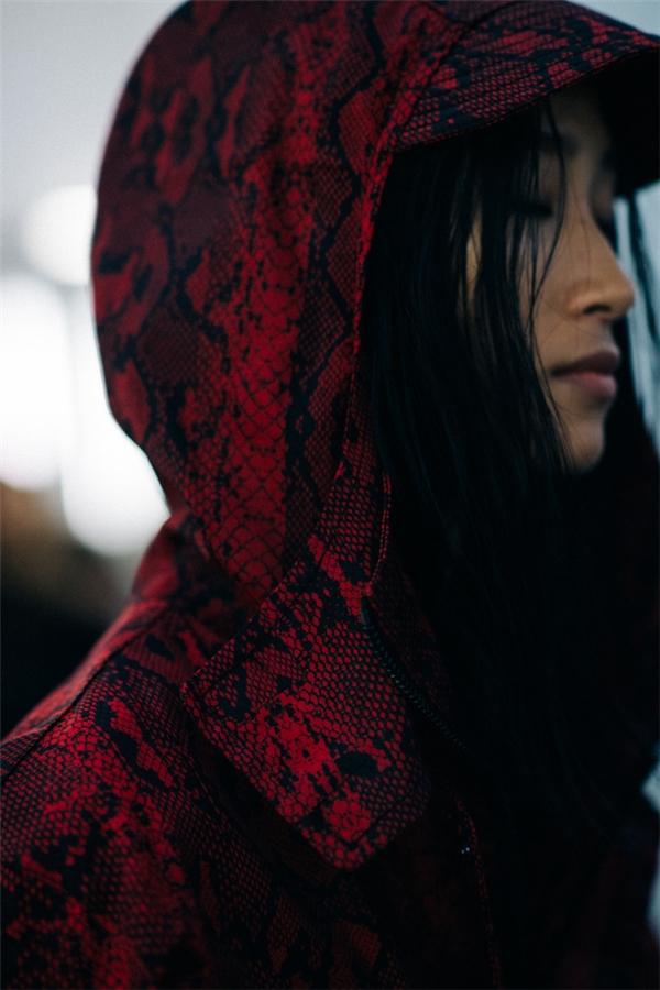 Layout trang điểm và trang phục trình diễn của Trang Khiếu tại show Marcelo Burlon County of Milan - một thương hiệu thời trang danh tiếng của Ý với hơn 250 cửa hàng trên khắp thế giới. Phong cách thể thao năng động, trẻ trung là đặc trưng của nhãn hàng này. Chân dài đến từ Việt Nam cũng là người mẫu châu Á duy nhất trình diễn trong show.