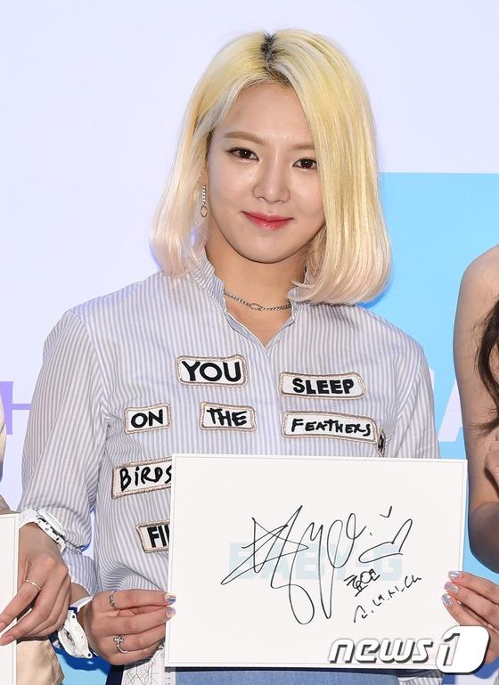 Hyoyeon xinh đẹp và nổi bật với mái tóc váng óng. Sắp tới, thông tin cô nàng sẽ góp giọng trong một ca khúc của Taeyeon khiến các fan vô cùng phấn khích.