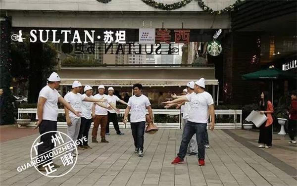 Với sự giúp đỡ của một nhóm bạn, You Pan đã lên kế hoạch cầu hôn Yan Tai.