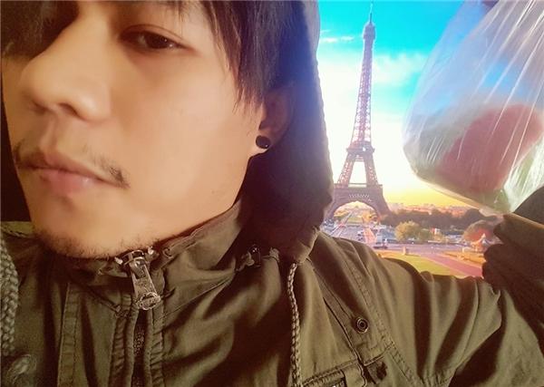 Check in ở tháp Eiffel cái nào.