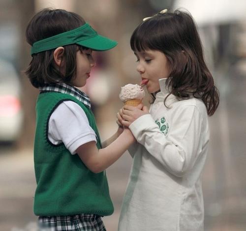 Hai chị em nổi tiếng nhờ những bức ảnh đôi quấn quýt bên nhau cực kỳ đáng yêu.