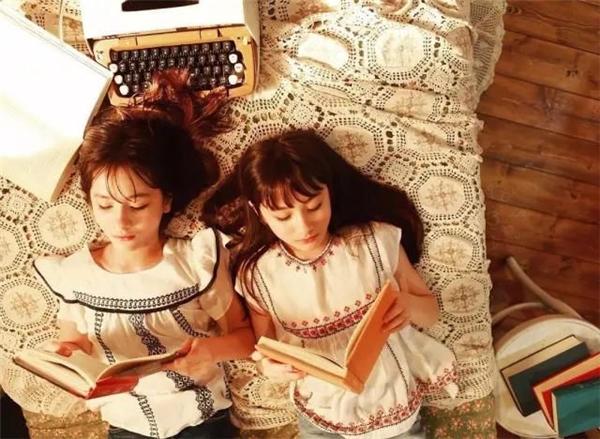 Những nét đáng yêu hai cô bé khiến mọi trái tim phải tan chảy.
