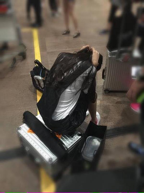 Angela Baby ôm đầu đau đớn ở sân bay, và đây là hành động soái ca của Huỳnh Hiểu Minh