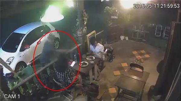 Hắn nhanh chóng chụp lấy chiếc túi trong khi hai cô gái vẫn mải mê với chiếc điện thoại.(Ảnh: Cắt clip)