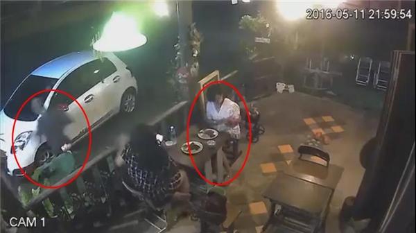 Kể cả khi hắn cầm túi xách chạy đi rồi, cô gái áo trắng vẫn còn đang sử dụng điện thoại một cách bình thường.(Ảnh: Cắt clip)