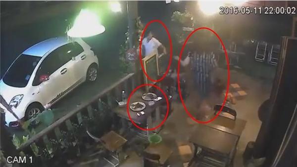 Sau khi phát hiện chiếc túi xách bị giật mất, hai cô nàng hô hoán vội vàng đuổi theo tên cướp mà...quên luôn điện thoại trên bàn ăn.(Ảnh: Cắt clip)