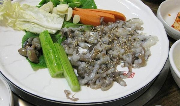 Bạch tuộc sống thường được ăn với dầu mè. (Ảnh: Internet)
