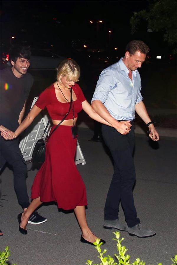 Taylor và Tom tay trong tay cực kì hạnh phúc.