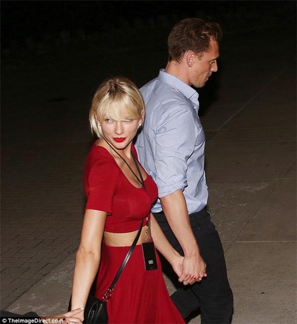 Tay trong tay cùng tình mới, Taylor Swift vướng nghi vấn tu bổ vòng 1