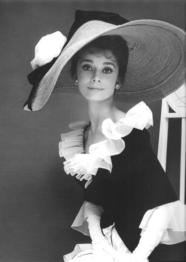Vẻ đẹp của Audrey Hepburn làm khuynh đảo màn bạc thế giới một thời nhưng chiếc cổ của bà cũng làm tốn không ít giấy mực của báo chí