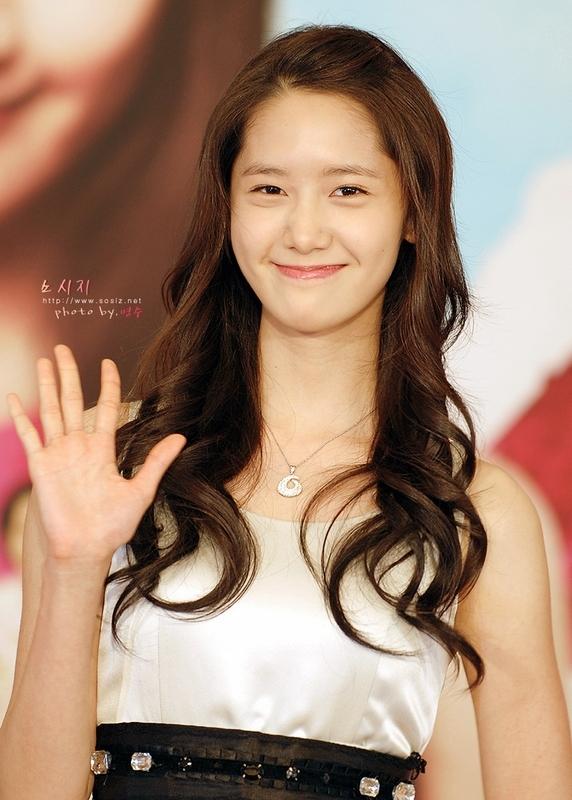 Yoona (SNSD) là mỹ nhân đẹp nức tiếng làng giải trí Hàn song người đẹp này không phải là không có khuyết điểm. Chiếc cổ dài có phần khó hiểu của Yoona chính là một trong những khuyết điểm lớn nhất của cô nàng