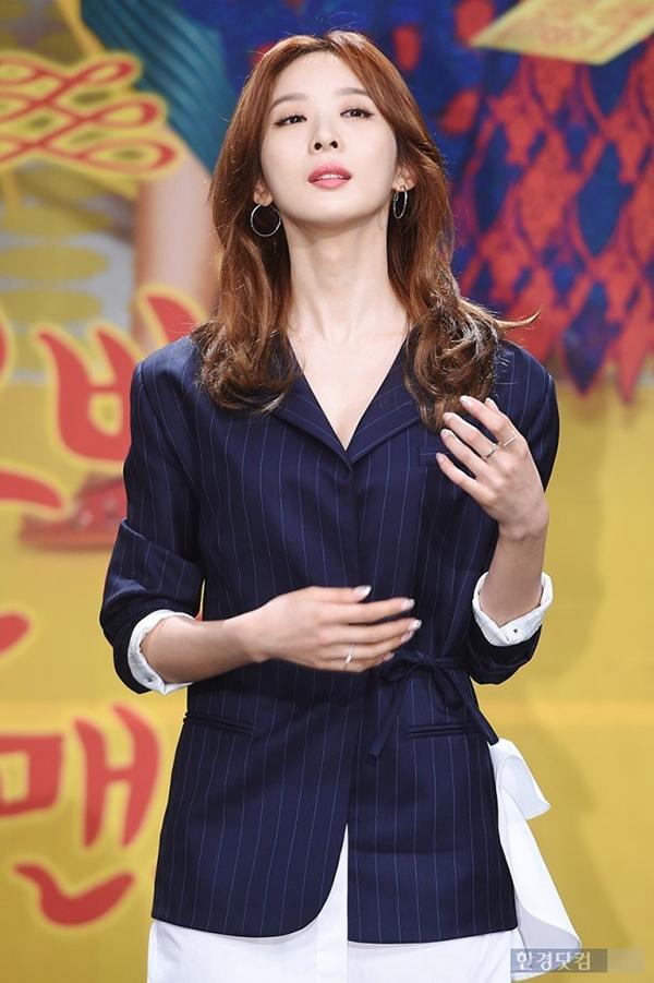 """Cận cảnh chiếc cổ dài """"bất tận"""" của Lee Chung Ah"""