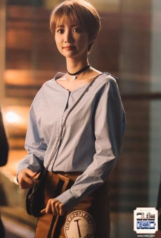 Chiếc cổ dài ngoằng của Go Jun Hee lộ rõ trước ống kính