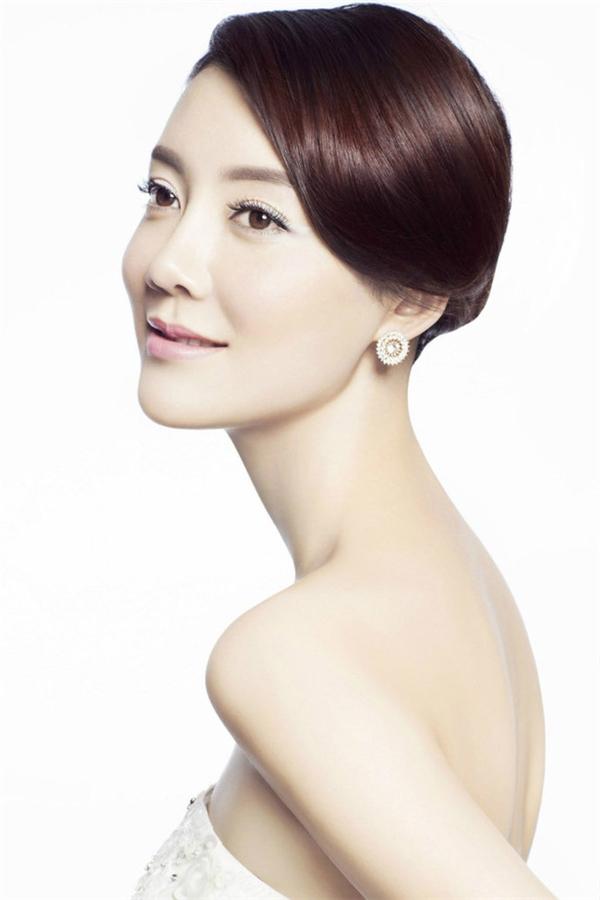 Nữ diễn viên Xa Hiểu nổi tiếng gần xa nhờ chiếc cổ dài một cách khó hiểu