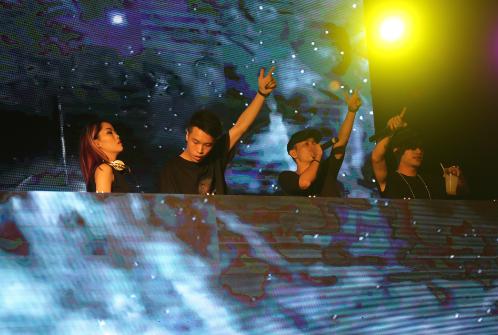 """Các DJ cũng cháy hết mình với đám đông khán giả đang """"quẫy tưng"""" bên dưới sân khấu."""