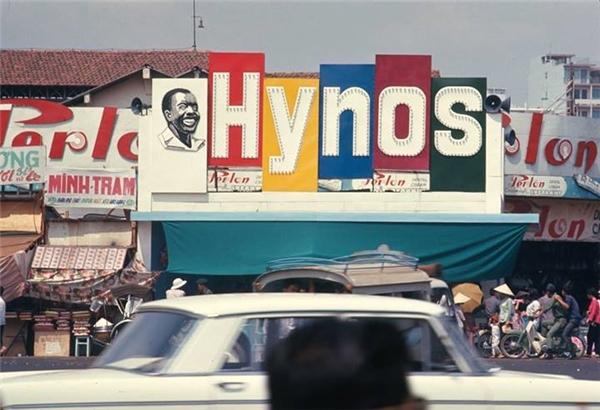 Kem đánh răng Hynos gây ấn tượng với hình ảnh anh Bảy Chà Và da đen, miệng vẫn cười tươi khoe hàm răng trắng tinh xuất hiện ở khắp nơi.