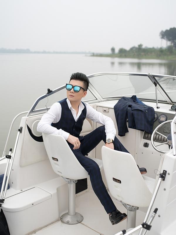 Suit cổ điển trở nên mới mẻ hơn nhờ họa tiết caro đan lồng hai gam màu xanh, đen. Áo sơ mi trắng đi kèm luôn là lựa chọn hàng đầu, an toàn nhất, dễ kết hợp nhất.