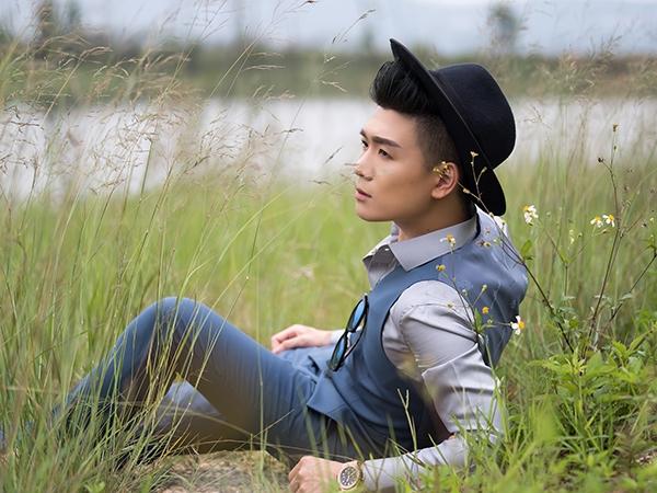 Tông màu xám xanh mang đến vẻ ngoài trẻ trung cho các chàng trai. Một vài phụ kiện đi kèm như mũ, đồng hồ đeo tay sẽ giúp tổng thể trở nên bắt mắt hơn.