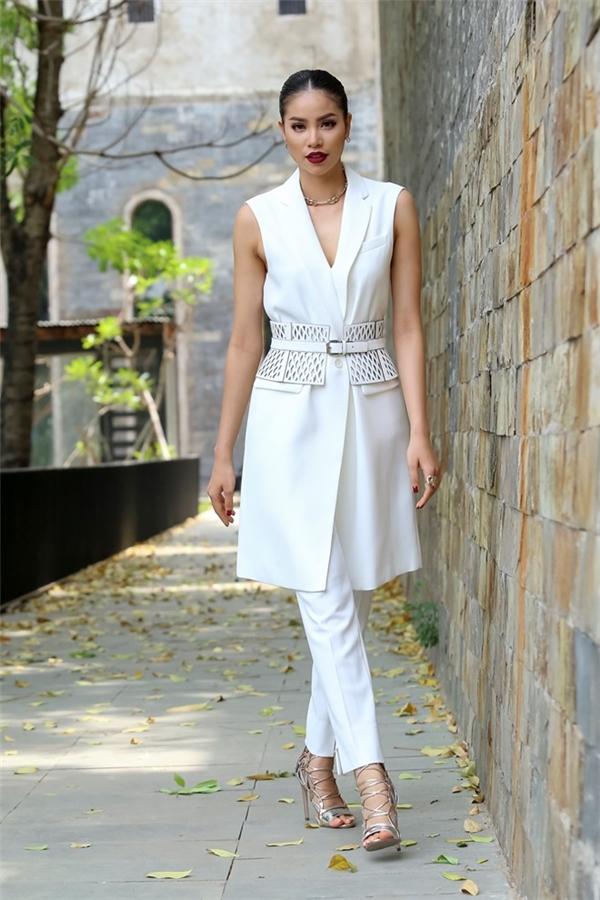 Trong tập mở màn, Phạm Hương mang đến hình ảnh thanh lịch khi diện cả cây trắng của BCBG. Những phụ kiện nhỏ xinh như: nhẫn, hoa tai, vòng tay đều thuộc về thương hiệu Dior danh tiếng. Điểm nhấn còn được tạo nên nhờ đôi giày ánh kim trẻ trung.