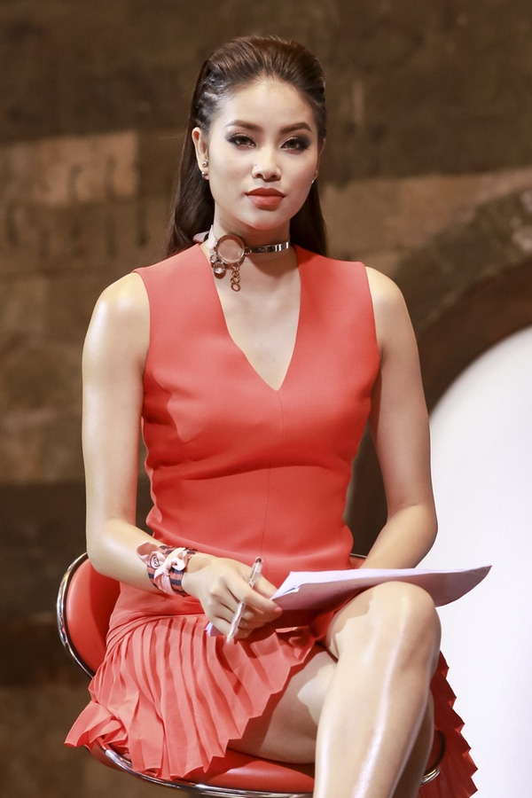 Trong vòng lập đội, Hoa hậu Hoàn vũ Việt Nam 2015 diện váy đỏ đơn giản của Dior. Vòng cổ chocker bằng kim loại kết hợp kiểu tóc cá tính mang lại vẻ ngoài thu hút, năng động hơn cho Phạm Hương.