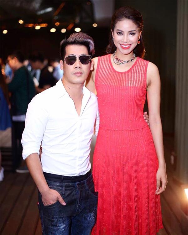 Trong buổi ra mắt chương trình, Phạm Hương diện váy đỏ cam trẻ trung của Dior. Qua bàn tay phù phép của stylist Travis Nguyễn, hình ảnh của Hoa hậu Hoàn vũ Việt Nam thay đổi một cách ngoạn mục.