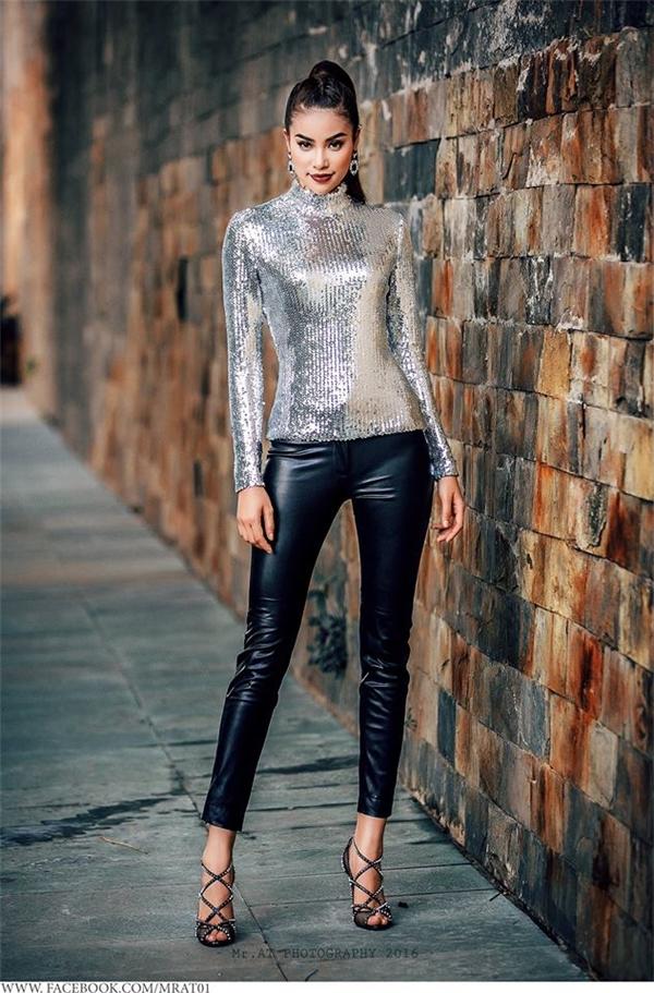 Set đồ ấn tượng kết hợp quần da đen ôm sát cùng áo ánh bạc của Dior.