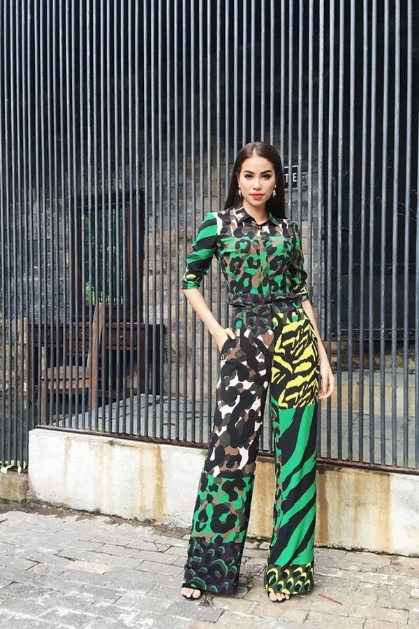 Jumpsuit nền đen với những gam màu vàng, xanh nổi bật của Versace. Đây cũng là thương hiệu mà Phạm Hương sử dụng nhiều nhất trong chương trình.