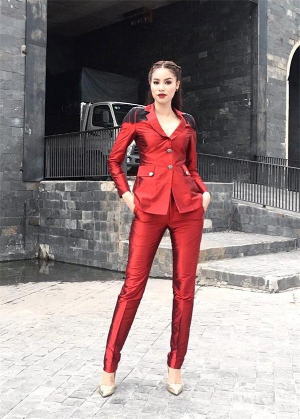 Suit màu đỏ thẫm thanh lịch, sang trọng của nhà thiết kế Lê Thanh Hòa.