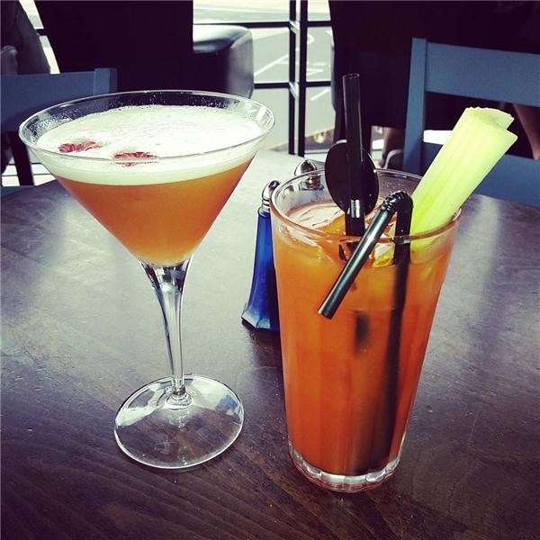 """Instagram: """"Một li cocktail nhẹ nhàng trước chuyến bay"""".(Ảnh: Instagram @pussykatttt)"""