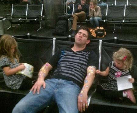 """Thực tế: """"Bố ơi, bố ngủ saythế?"""".(Ảnh: BuzzFeed)"""