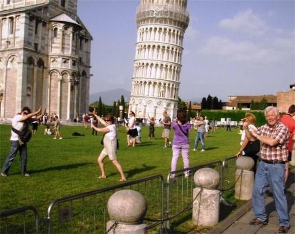 """Thực tế: """"Đây rồi, tháp nghiêng Piza huyền thoại đang ở ngay trước mắt mình, cùng với một 'đội quân' khách du lịch đang vặn vẹo để chụp kiểu ảnh ngớ ngẩn ai-cũng-phải-chụp-khi-đến-tháp-Piza"""".(Ảnh: BuzzFeed)"""