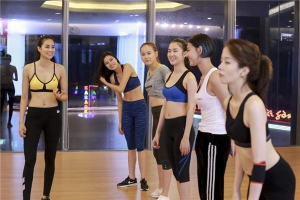 Top 5team Phạm Hương khởi động, nói chuyện vui vẻtrước khi bước vào buổi tập luyện đầy gian khó.