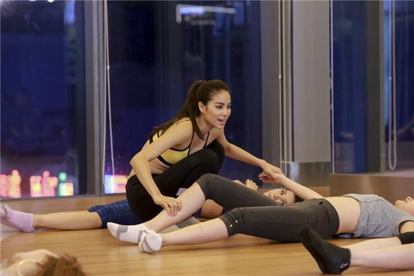 Với đội Phạm Hương, cô đã dạy cho các thí sinh cácbài tập gym hiệu quả bằng những động tác gập người, khởi động khớp tay chân.