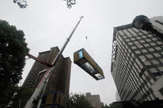 Sau đó người ta sẽ tiến hành vận chuyển và lắp đặt, nhờ thế tránh gây ồn ào và ô nhiễm không khí, đồng thời giảm thiểu tắc nghẽn giao thông.