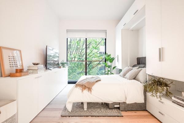Phòng sinh hoạt nằm ngay bên cửa sổ, có thể biến tấu thành phòng ngủ với một chiếc giường đôi thay thế cho ghế sofa.