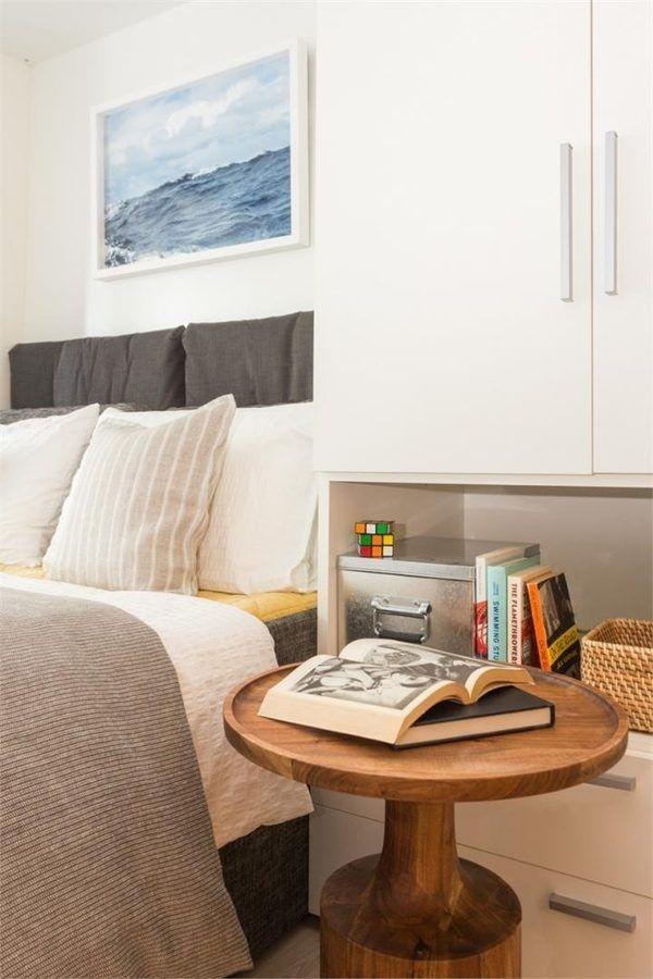 Tùy theo cách bài trí của từng căn phòng mà bàn đầu giường có thể kết hợp với kệ sách, hoặc bàn đầu giường cũng là bàn tiếp khách kèm theo sofa.