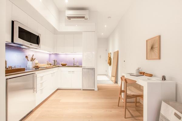 Gian bếp rộng rãi, thoáng đãng, có đủ không gian cho việc nấu nướng và dọn rửa.