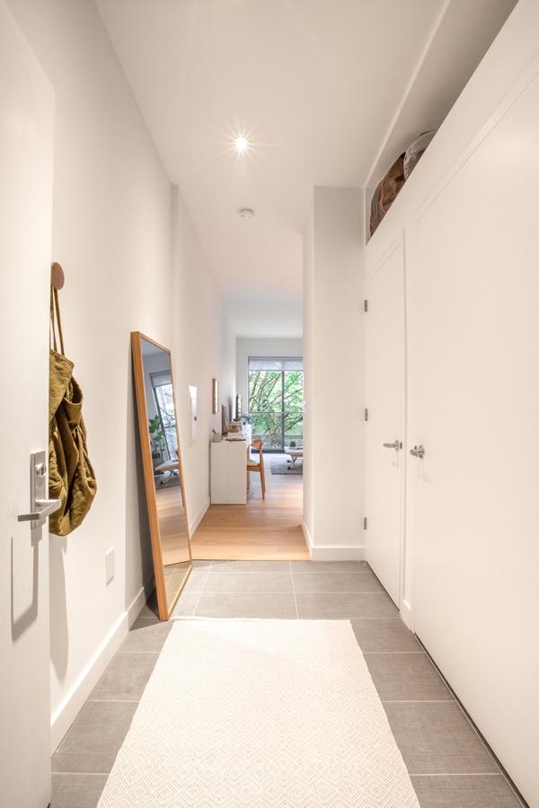 Khoảng không gian dọc theo hành lang được tận dụng tối ba bằng các tủ đứng.
