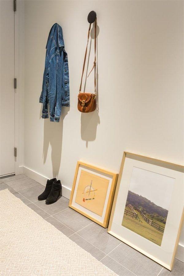 Tất cả những khoảng trống trên tường cũng được sử dụng để treo đồ đạc.