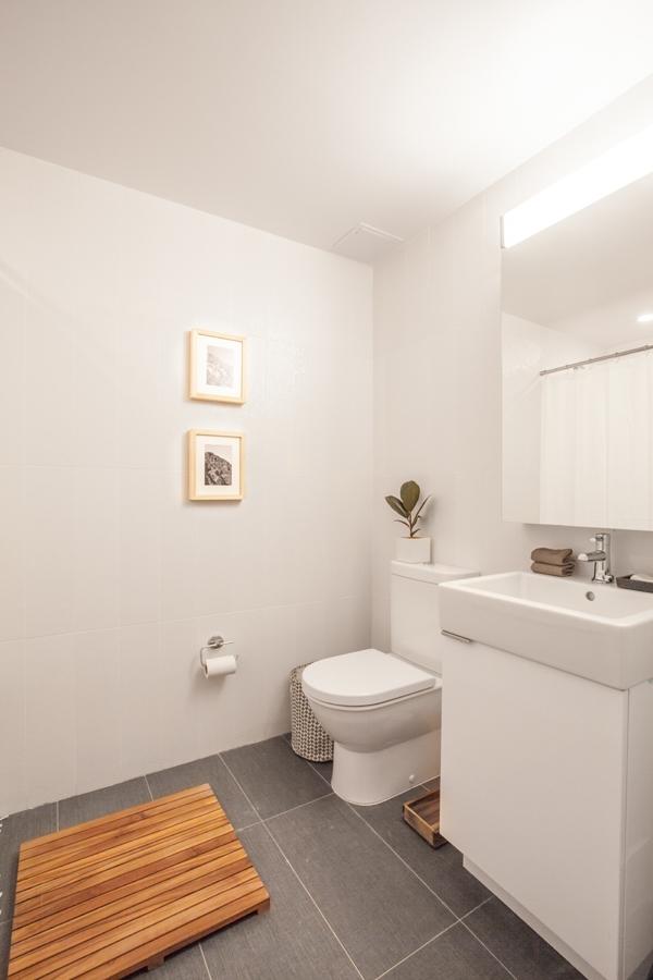 Phòng vệ sinh dù nhỏ nhưng không có cảm giác chật hẹp, tù túng, mà trái lại rất thoáng và sáng sủa.