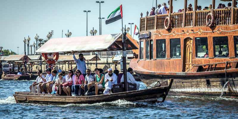 """Không gì vui bằng đi """"taxi nước"""" Abra! Bạn có thể chu du từ Bur Dubai đến Diera trên chiếc thuyền này. Hơn nữa, thuyền Abra là phương tiện duy nhất có thể di chuyển trên các con lạch nhỏ ở Dubai. Ngồi trên chiếc thuyền cổ xưa này, bạn sẽ phần nào hiểuđược cuộc sống ngày xưa của người Dubai từng diễn ra như thế nào.(Ảnh: Internet)"""