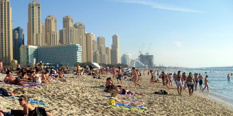"""Nằm lười biếng cả ngày dưới ánh nắng rực rỡ, trên bãi cát trắng của bãi biển Jumeirah, xa xa là khách sạnBurj Al Arab nổi tiếng, thật không gì thoải mái bằng. Đến khi nằm chán chê, hãy vận động cơ thể một chút với những môn thể thao dưới nước. Người dân Dubai còn đặc biệt thích dành cả ngày """"nằm ườn"""" bên bãi biển vào mùa đông đấy.(Ảnh: Internet)"""