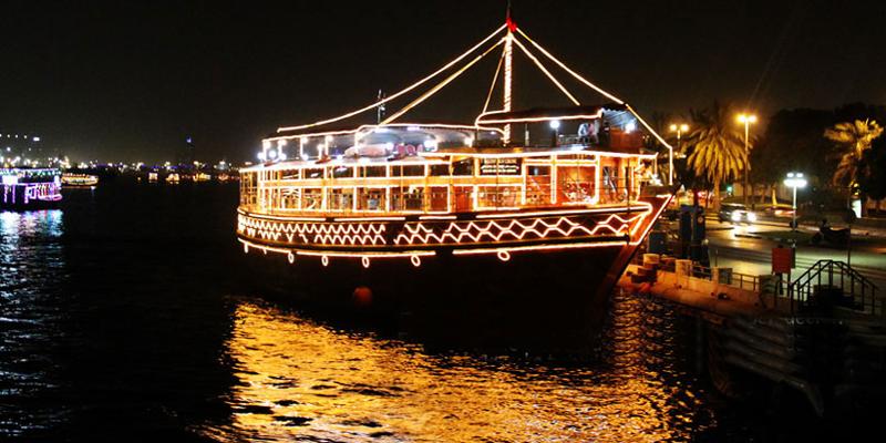 """Một đêm """"sang chảnh"""" ngắm Dubai về đêm, thưởng thức những món ăn ngon trên tàu Dhow Cruise cũng rất đáng để bạn bỏ tiền ra chứ nhỉ? 2 giờ trên tàu này với một cái giá chấp nhận được cũng là một trải nghiệm bạn không thể bỏ qua ở Dubai.(Ảnh: Internet)"""