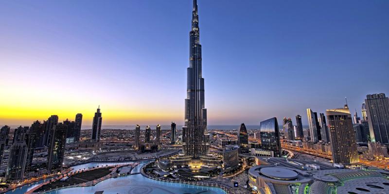 """Còn gì tuyệt vời hơn khi được thu gọn cả Dubai giàu đẹp vào trong tầm mắt khi đứng ở tầng 144 của tòa nhà Burj Khalifa? Đây nhất định là việc làm nên được đưa lên vị trí đầu tiên trong danh sách """"Những điều cần làm khi đến Dubai"""" đấy!(Ảnh: Internet)"""