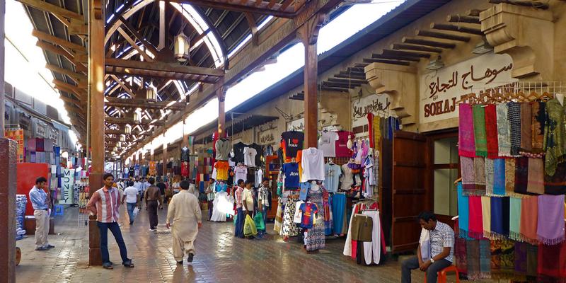 Dù có ý định mua sắm hay không, những ngôi chợ ở Dubai cũng đều chào đón bạn với sự nhộn nhịp, sống động và tràn đầy năng lượng. Những mặt hàng nổi bật nhất ở chợ này có thể kể đến là vàng, nước hoa và vải vóc.(Ảnh: Internet)