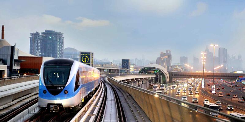 Dubai Metro là phương tiện di chuyển nhanh nhất và rẻ nhất đến bất kì nơi đâu trong Dubai. Với thời gian xây dựng kỉ lục – 18 tháng, Dubai Metro còn làm hài lòng du khách bởi sự thoải mái mặc dù mang cấu trúc khá rắc rối. Một điểm cộng lớn cho Dubai Metro nữa là các ga của nó đều rất gần với những điểm tham quan nổi tiếng.(Ảnh: Internet)