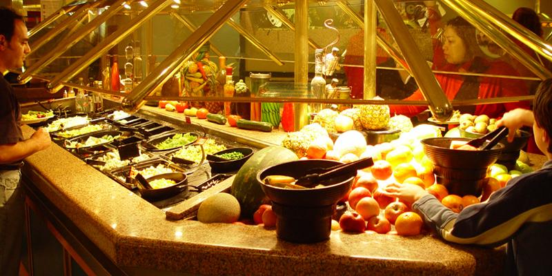 """Đến Dubai, hãy """"canh me"""" những bữa brunch (ăn sáng kết hợp ăn trưa) và ăn trưa vì giá khá ổn. Thậm chí những bữa tối cũng làm bạn hoàn toàn bất ngờ khi được ăn no căng bụng với mức giá chấp nhận được. Một gợi ý cho nhà hàng giá tốt là Centimetro ở chợ Madinat Jumeirah với giờ vàng khuyến mãi từ 5 giờ chiều đến 8 giờ tối, lại còn giảm giá cocktail nữa.(Ảnh: Internet)"""