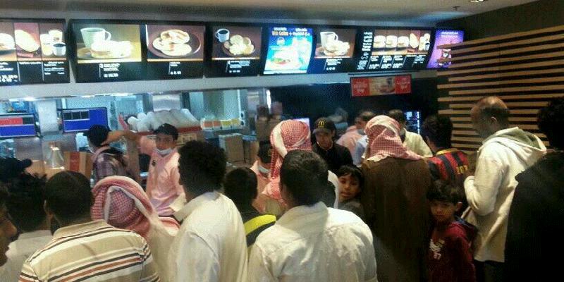 Thức ăn nhanh trên đường đi là lựa chọn tuyệt vời để tiếp sức sau nhiều giờ đồng hồ lang thang khắp Dubai xinh đẹp đấy.(Ảnh: Internet)